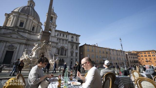 Europa łagodzi restrykcje: Włosi jadą na długi weekend, Czechy otwierają dyskoteki, ale bez tańców