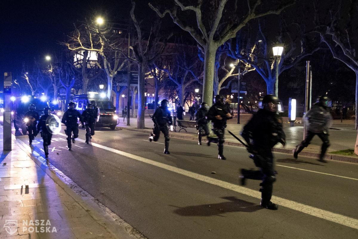 Hiszpania/ Starcia z policją w centrum Barcelony; 13 osób zatrzymanych