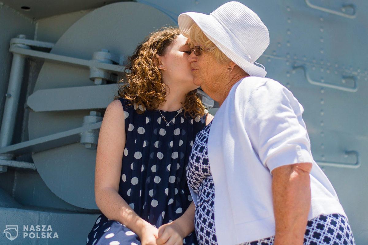 Brytyjscy eksperci apelują: Nie całujcie swoich wnuków, nawet jak jesteście zaszczepieni!
