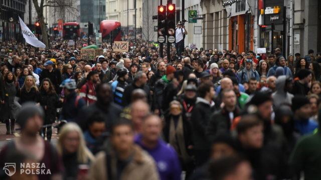 """""""Fake pandemic"""". 33 osoby aresztowane po demonstracji w Londynie"""