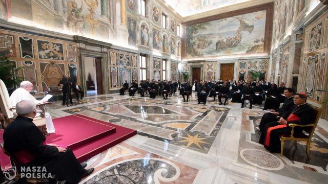 Watykan/ Papież obniżył pensje kardynałów i zwierzchników urzędów