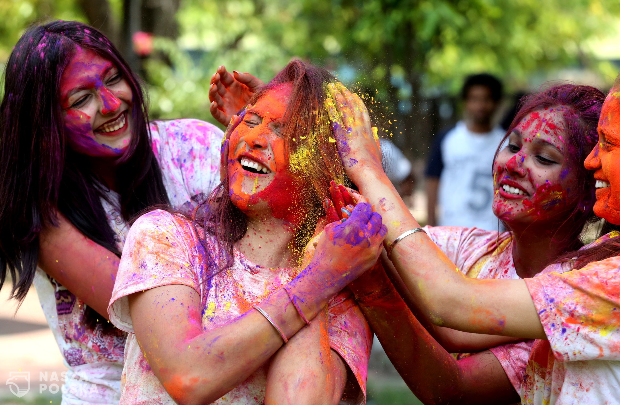 epa09093023   Indian college girls take part in the Holi festival celebrations in Bhopal, India, 24 March 2021. Holi is celebrated on the full moon day and marks the beginning of the spring season. Holi will be celebrated as the Hindu spring festival of colors across the country on 29 March.  EPA/SANJEEV GUPTA  Dostawca: PAP/EPA.