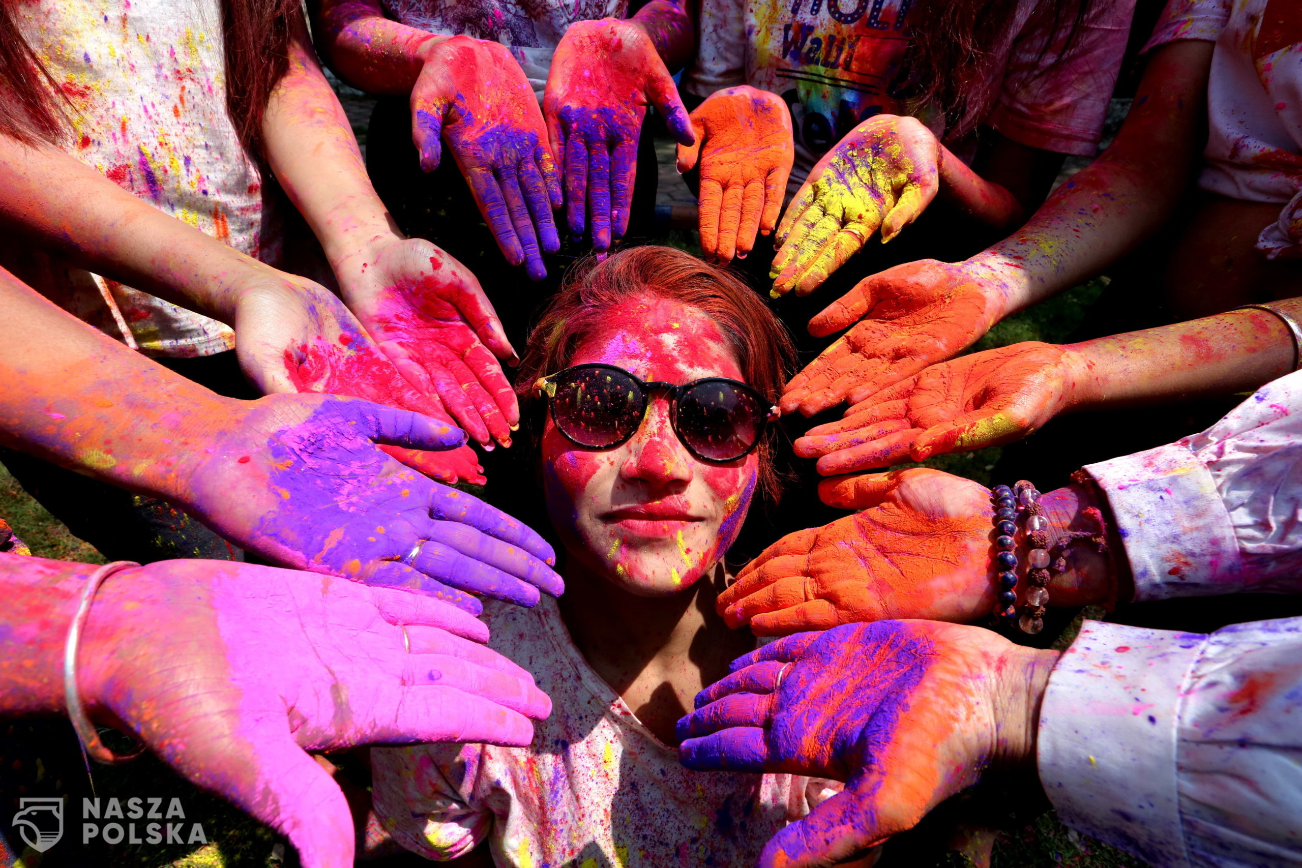 epa09093026   Indian college girls take part in the Holi festival celebrations in Bhopal, India, 24 March 2021. Holi is celebrated on the full moon day and marks the beginning of the spring season. Holi will be celebrated as the Hindu spring festival of colors across the country on 29 March.  EPA/SANJEEV GUPTA  Dostawca: PAP/EPA.