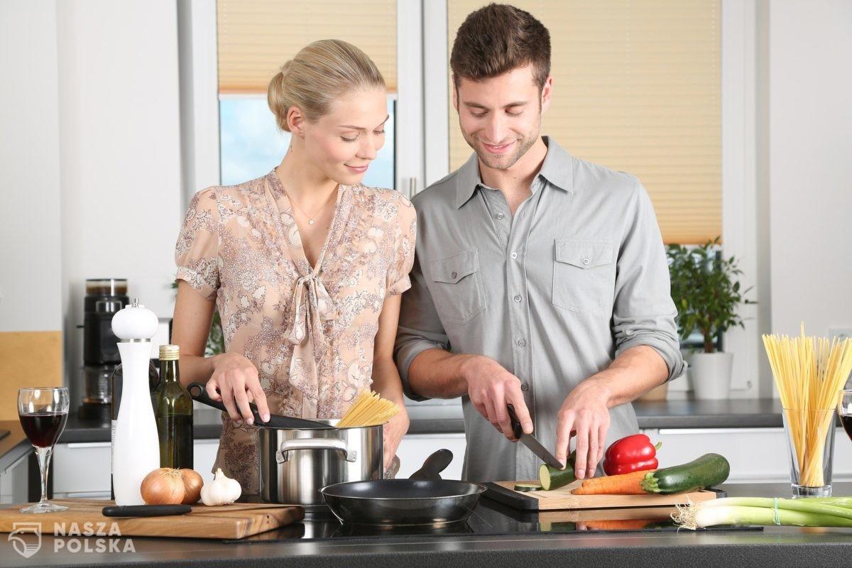 Badanie/ Kobiety i mężczyźni nie chcą dzielić obowiązków domowych po połowie