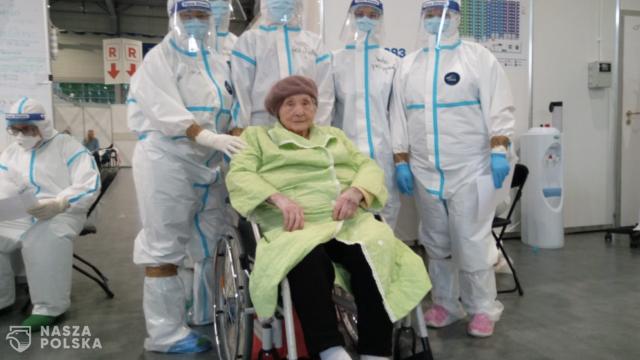 101-letnia pani Aniela wygrała z COVID-19 i opuściła w sobotę poznański szpital