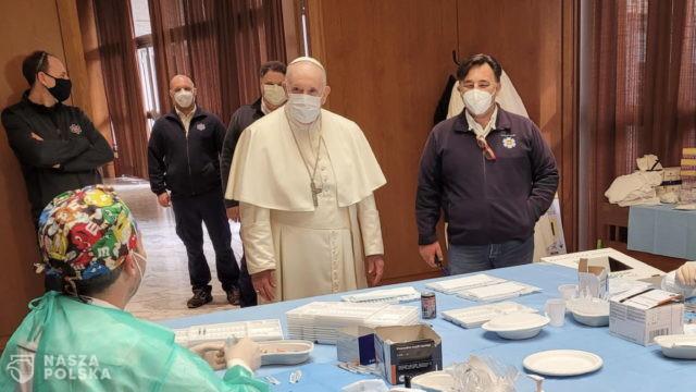 Papież odwiedził punkt szczepień, gdzie spotkał się z ubogimi