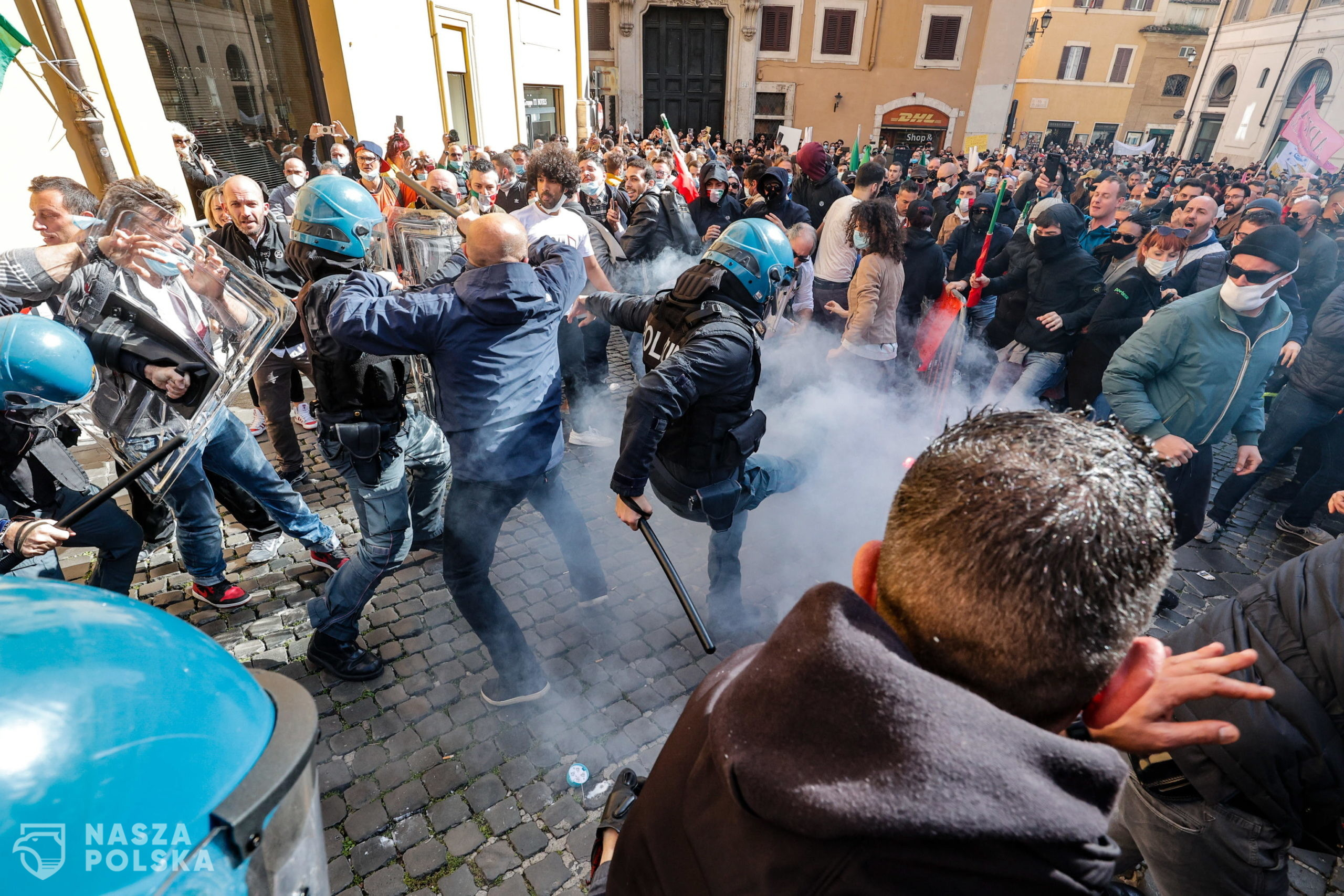 epa09118673 Traders, shopkeepers and restaurateurs clash with police during a protest next to the Chamber of Deputies in Piazza Montecitorio, Rome, Italy, 06 April 2021. The protesters, many with lowered masks, demand the reopening of their shops and restaurants amid the third COVID-19 pandemic lockdown measures.  EPA/GIUSEPPE LAMI  Dostawca: PAP/EPA.
