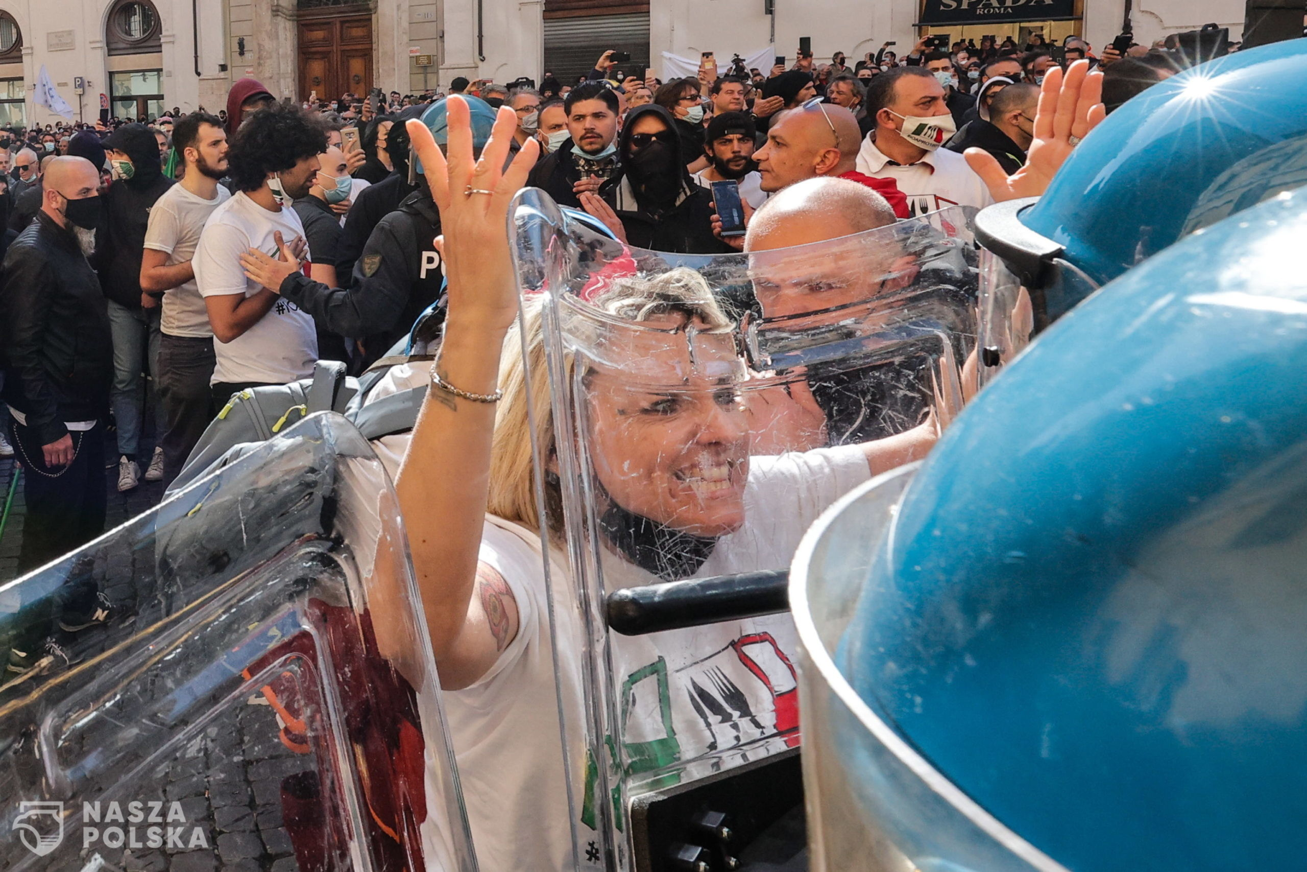 epa09118675 Traders, shopkeepers and restaurateurs clash with police during a protest next to the Chamber of Deputies in Piazza Montecitorio, Rome, Italy, 06 April 2021. The protesters, many with lowered masks, demand the reopening of their shops and restaurants amid the third COVID-19 pandemic lockdown measures.  EPA/GIUSEPPE LAMI  Dostawca: PAP/EPA.