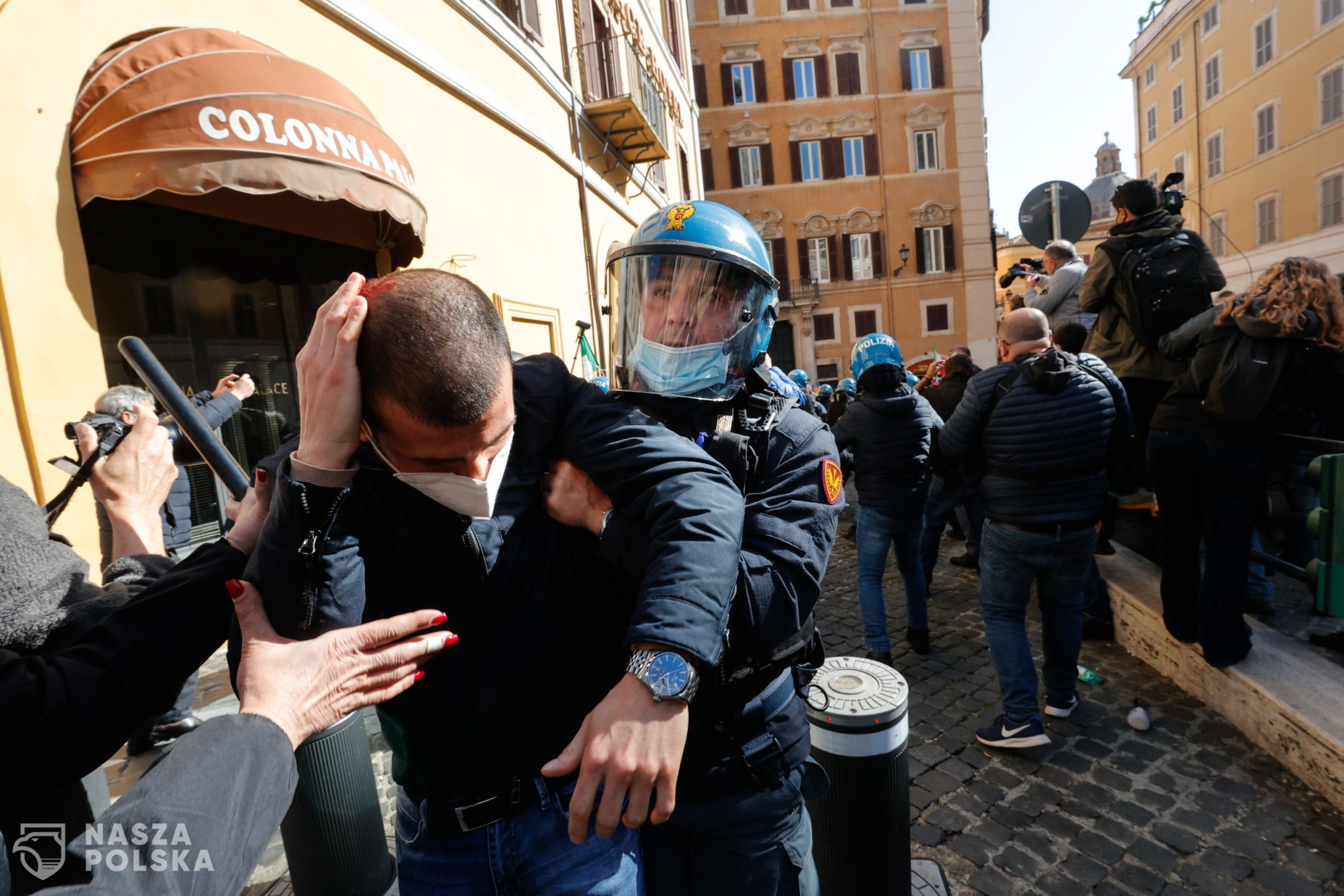 epa09118680 Traders, shopkeepers and restaurateurs clash with police during a protest next to the Chamber of Deputies in Piazza Montecitorio, Rome, Italy, 06 April 2021. The protesters, many with lowered masks, demand the reopening of their shops and restaurants amid the third COVID-19 pandemic lockdown measures.  EPA/GIUSEPPE LAMI  Dostawca: PAP/EPA.