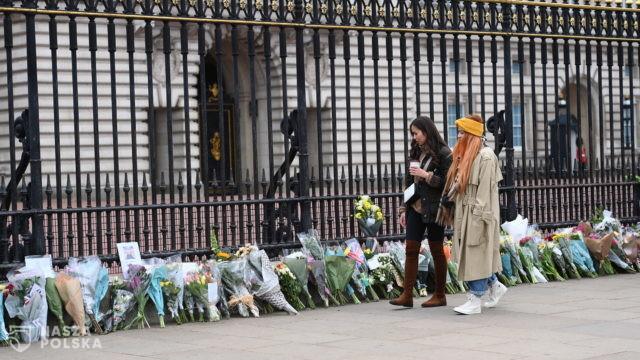 Przed Pałacem Buckingham Brytyjczycy oddają hołd księciu Filipowi