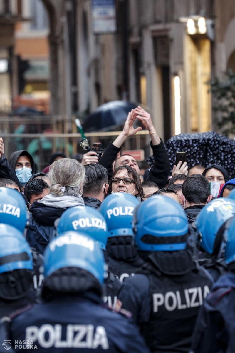 Włochy/ Protesty w 80 miastach i miasteczkach przeciwko wymogowi przepustki Covid-19