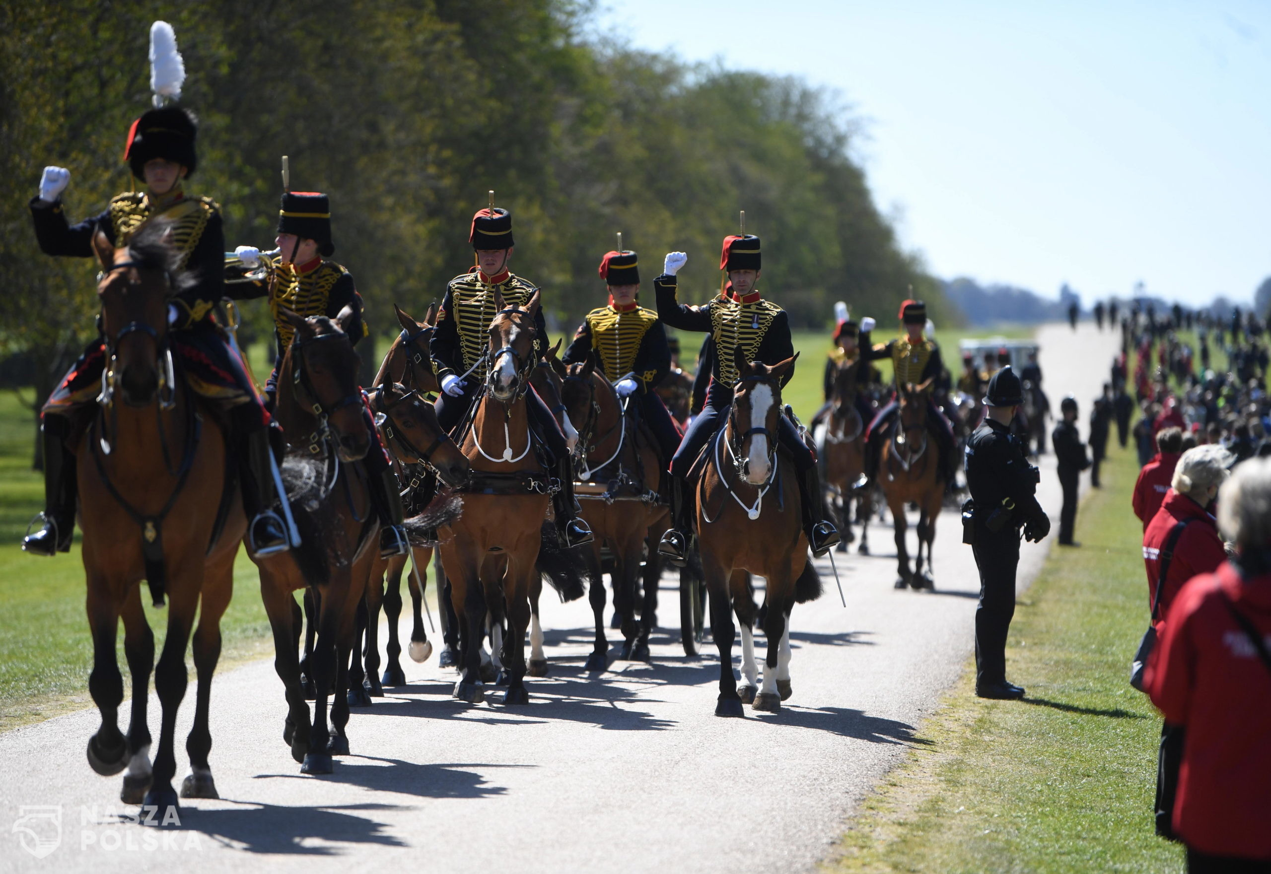 epa09141114 The Kings Troop Royal Horse Artillery arrive on the Long Walk to Windsor Castle following the passing of Britain's Prince Philip, in Windsor, Britain, 17 April 2021. Britain's Prince Philip, the Duke of Edinburgh, has died on 09 April 2021 aged 99 and his funeral will take place in Windsor on 17 April.  EPA/NEIL HALL  Dostawca: PAP/EPA.