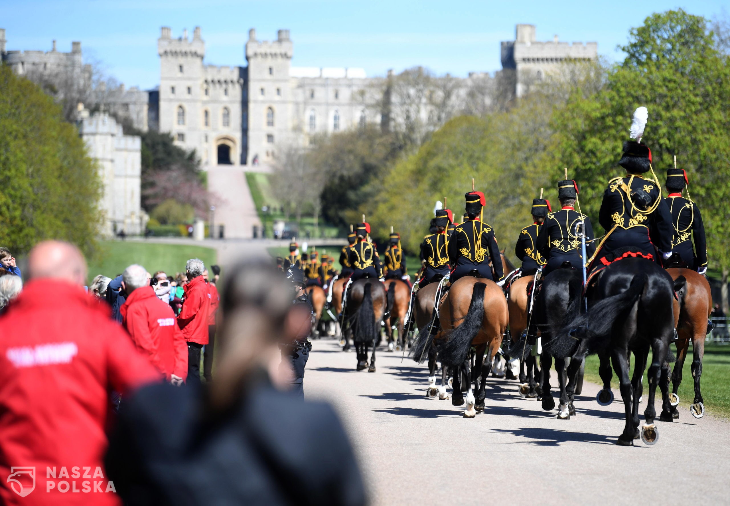 epa09141116 The Kings Troop Royal Horse Artillery arrive on the Long Walk to Windsor Castle following the passing of Britain's Prince Philip, in Windsor, Britain, 17 April 2021. Britain's Prince Philip, the Duke of Edinburgh, has died on 09 April 2021 aged 99 and his funeral will take place in Windsor on 17 April.  EPA/NEIL HALL  Dostawca: PAP/EPA.