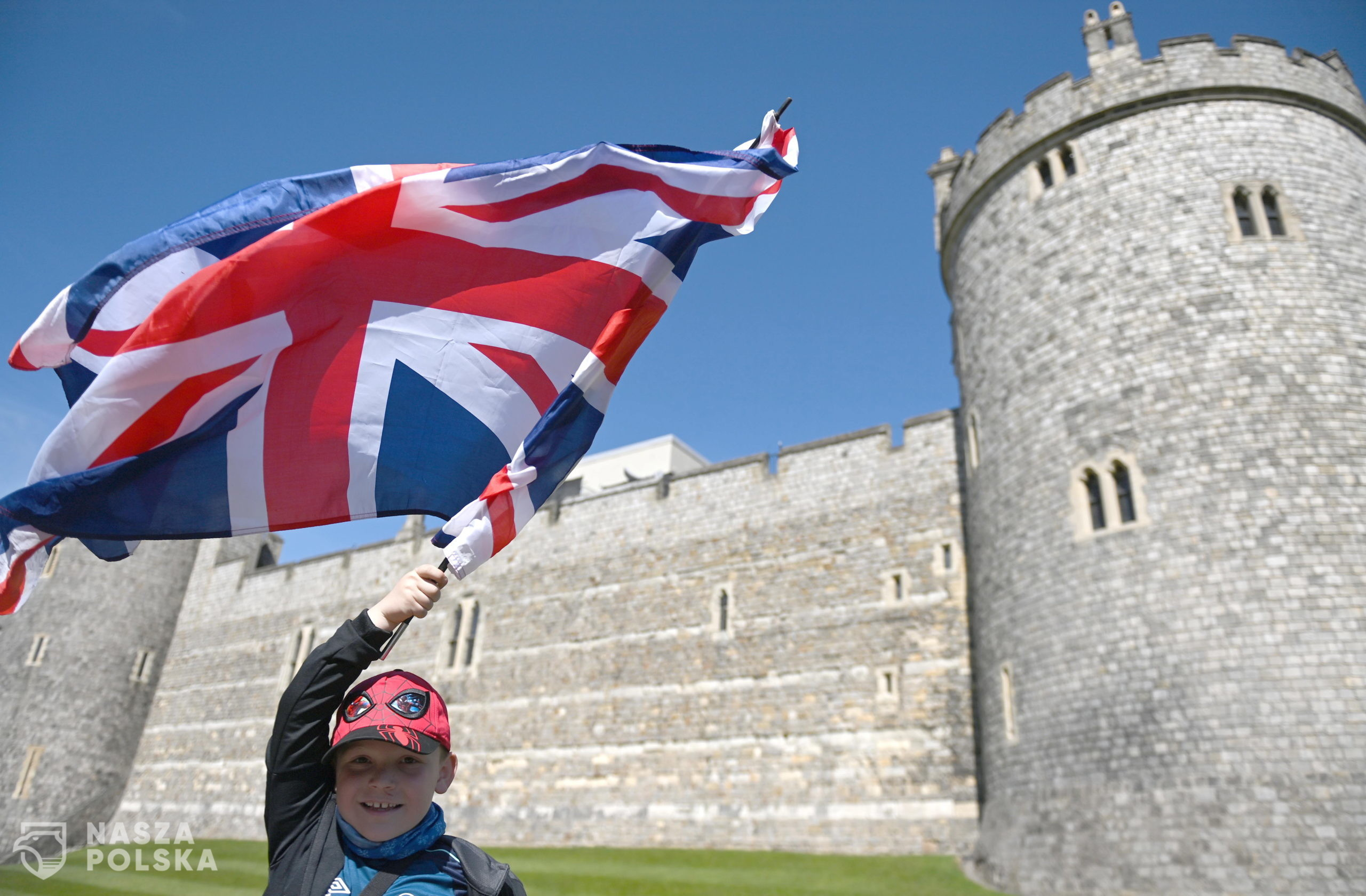 epa09141376 Eight-year-old Jayden Lucas holds a Union Jack flag outside Windsor Castle following the passing of Britain's Prince Philip, in Windsor, Britain, 17 April 2021. Britain's Prince Philip, the Duke of Edinburgh, has died on 09 April 2021 aged 99 and his funeral will take place in Windsor on 17 April.  EPA/NEIL HALL  Dostawca: PAP/EPA.