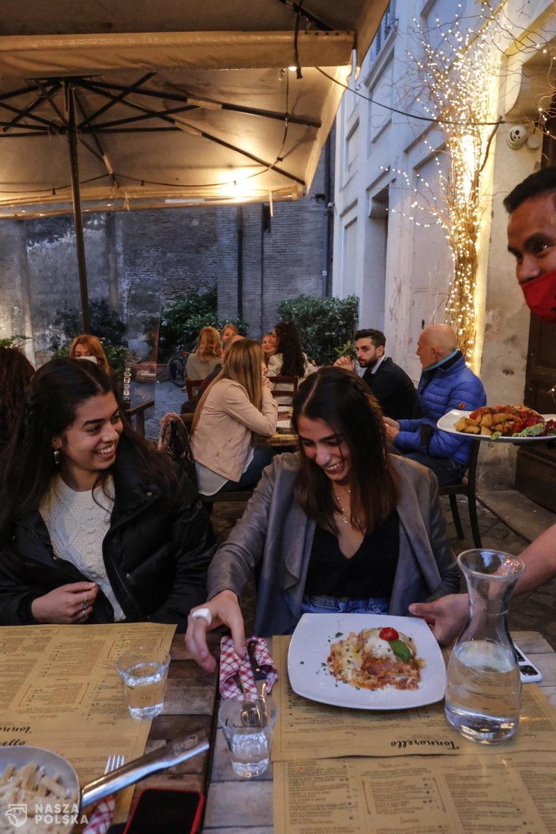 Francja/ Kawiarnie i restauracje odmawiają kontroli paszportów sanitarnych