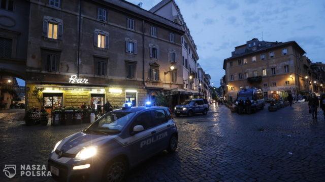 Włochy/ Karabinerzy szukają koronawirusa w marketach