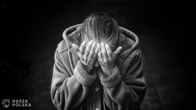 Pracownik pomocy społecznej zignorował telefon o pomoc. Dwoje seniorów nie żyje