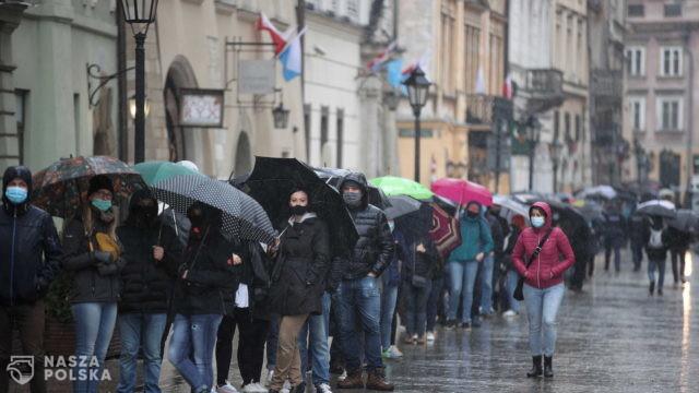 Kraków/ 200 osób zaszczepionych, a ponad 1000 czeka w kolejce w mobilnym punkcie na Rynku Głównym