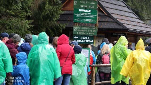 Tysiące turystów pod Tatrami; drobne incydenty