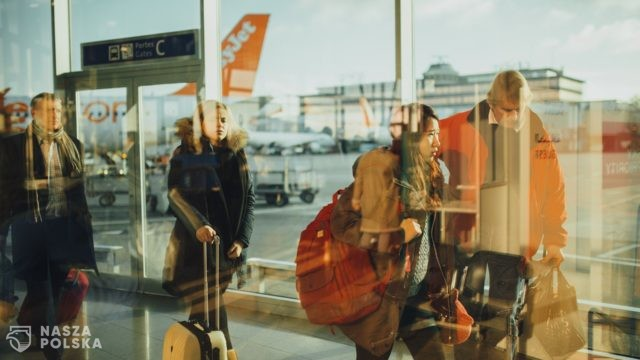 KE rekomenduje stopniowe łagodzenie restrykcji dotyczących podróżowania
