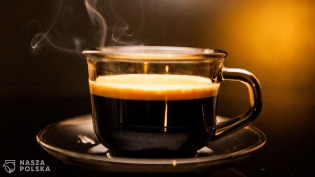 Picie trzech–pięciu filiżanek kawy może obniżać ciśnienie i zmniejszyć ryzyko zawału