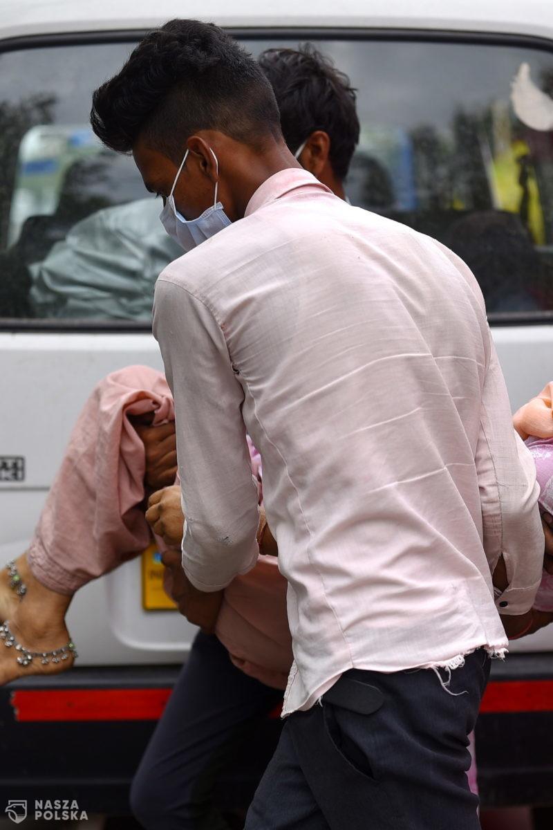 Indie/ Z Gangesu wyłowiono dziesiątki martwych ciał płynących w dół rzeki