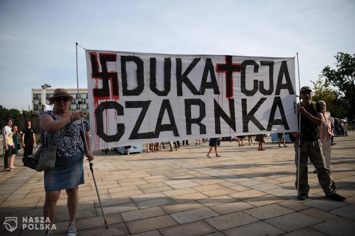 Kraków/ Protest przedstawicieli m.in. środowisk akademickich przed Muzeum Narodowym