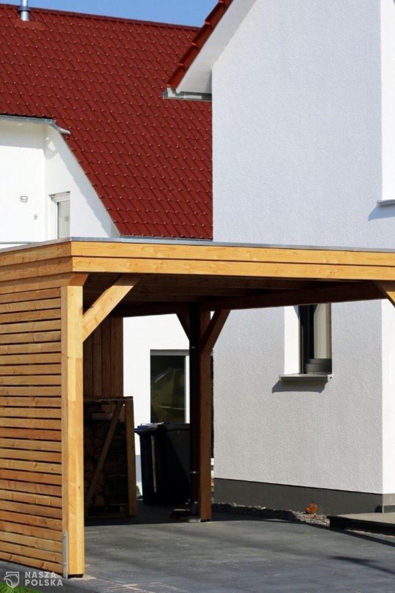 Co przemawia za wyborem wiat garażowych z drewna?