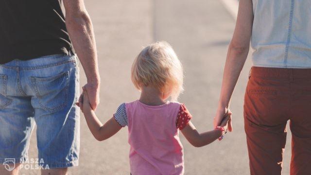 Ratownik medyczny: w sytuacji zagrożenia zdrowia dziecka rodziców ogarnia panika