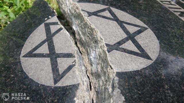 Policja: ustalenie sprawców dewastacji bielskiego cmentarza żydowskiego – priorytetowe