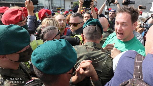 Przepychanki na pl. Piłsudskiego. Policja użyła środków przymusu