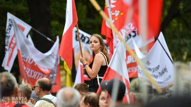 """Przed siedzibą TK manifestacja Klubów Gazety Polskiej """"Po stronie Polski!"""""""