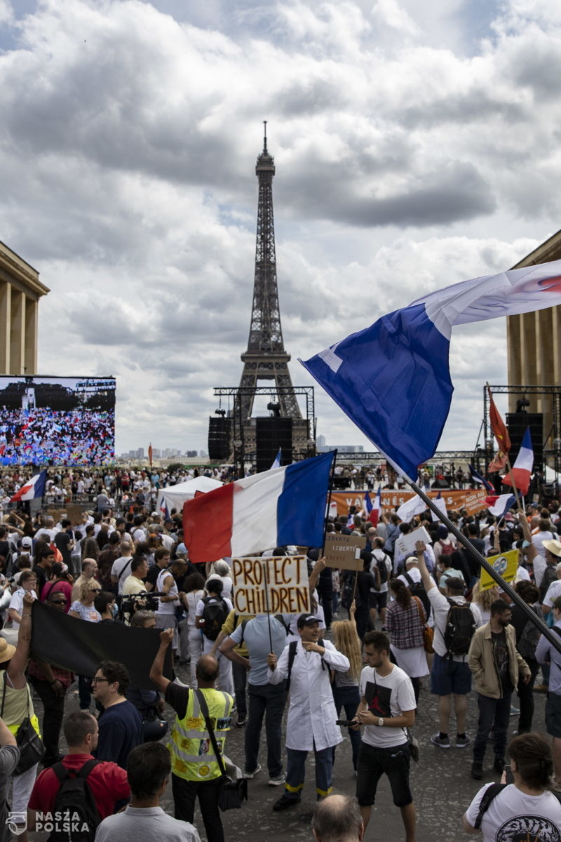 Francja/ W wielu miastach wielotysięczne manifestacje przeciwko paszportom sanitarnym