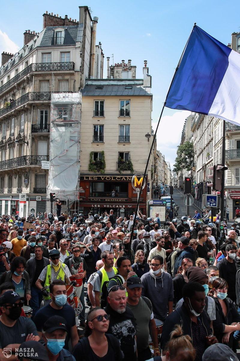 [FOTORELACJA] Francja/ Policja użyła gazu łzawiącego podczas manifestacji przeciw paszportom sanitarnym