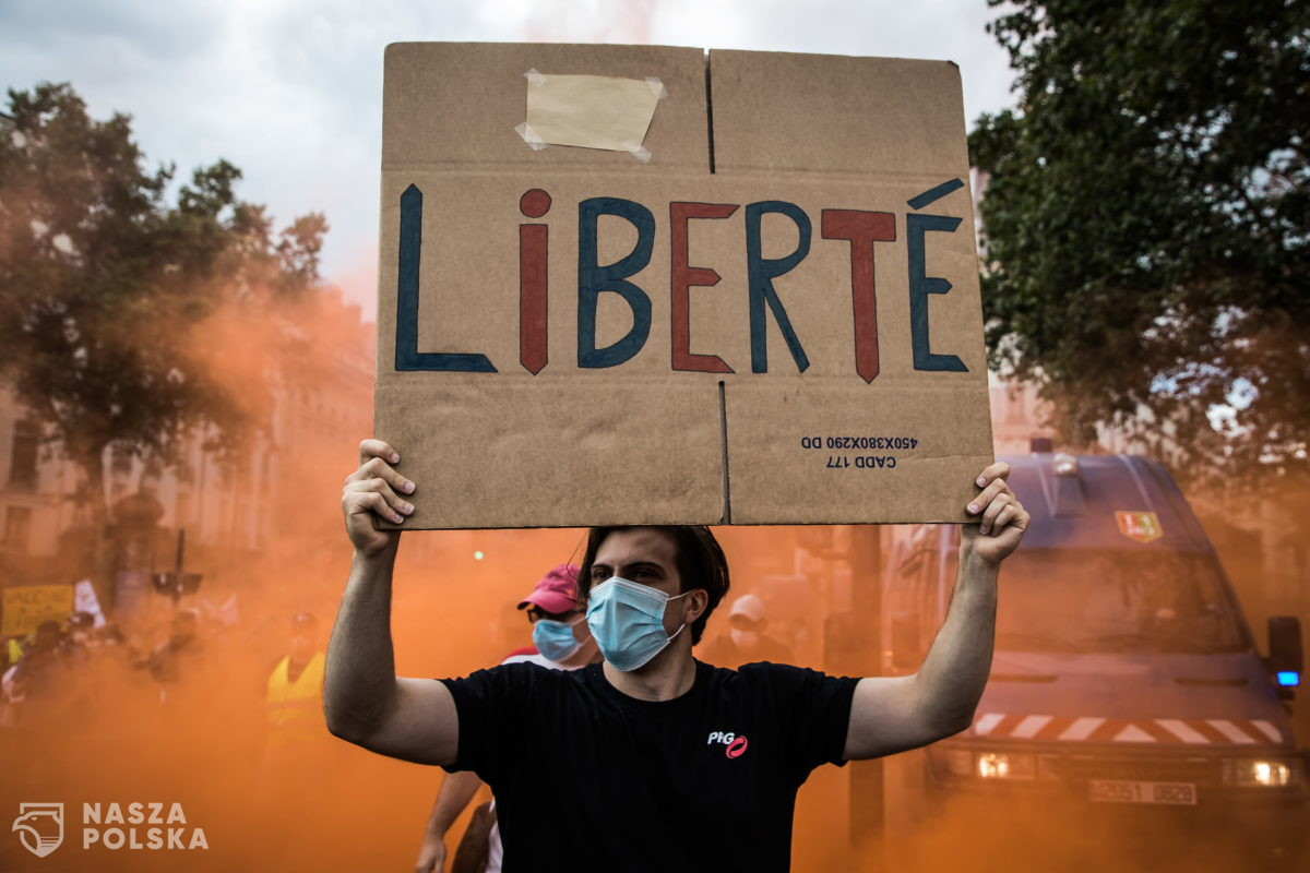 Francja/ Ponad 200 tys. demonstrantów przeciw przepustkom sanitarnym