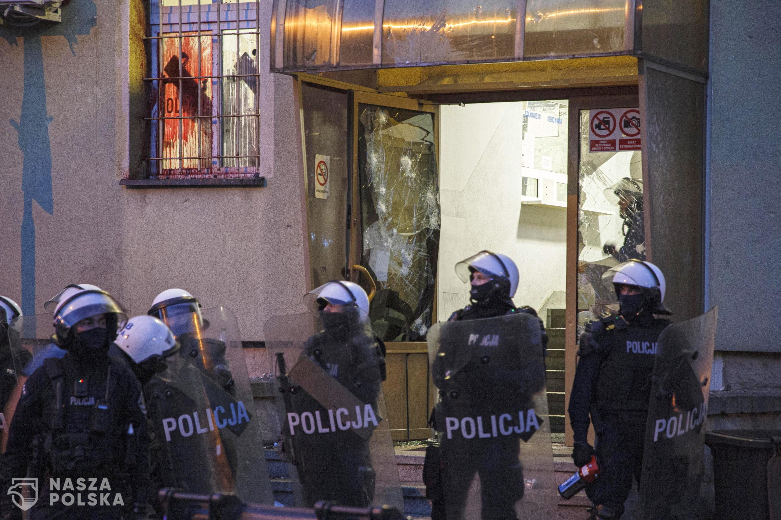 Lubin, 08.08.2021. Policja podczas protestu przed Komend¹ Powiatow¹ Policji na ul. Traugutta w Lubinie, 8 bm. W pi¹tek 6 bm. policjanci interweniowali w sprawie mê¿czyzny, który mia³ byæ pod wp³ywem narkotyków i rzucaæ w okna mieszkañców kamieniami. Policjanci po przybyciu go obezw³adnili. Protestuj¹cy uwa¿aj¹ ¿e mê¿czyzna zmar³ podczas interwencji. (aldg) PAP/Aleksander KoŸmiñski