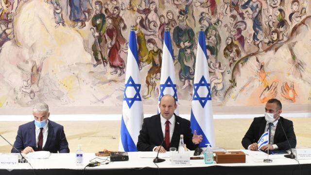 14 Izraelczyków, którzy otrzymali trzecią dawkę jest zarażonych COVID-19, a ministrowie kłócą się o lockdown