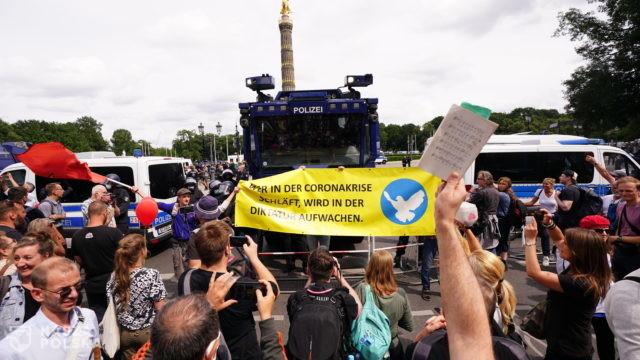 Niemcy/ Pomimo zakazu przeciwnicy restrykcji demonstrują w Berlinie, doszło do starć z policją