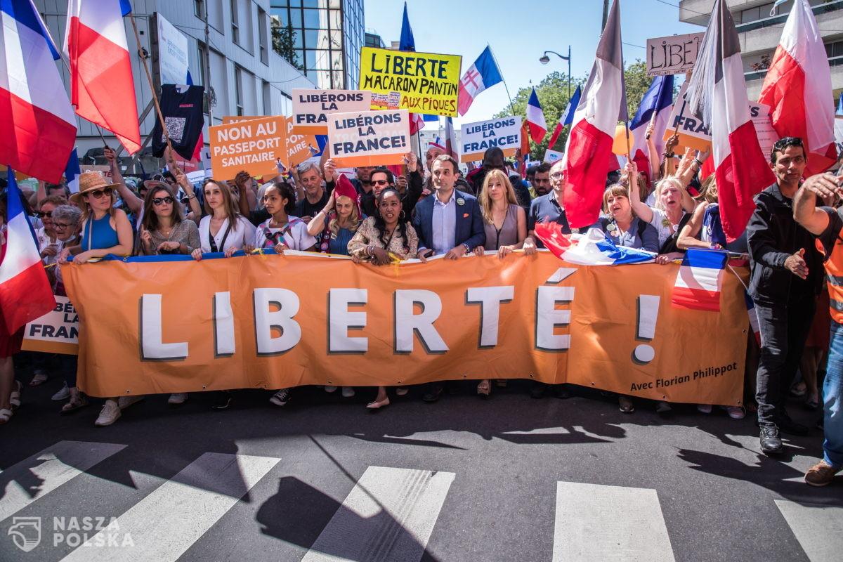 Francja/ Protesty przeciwko certyfikatom sanitarnym