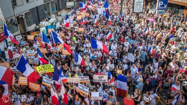 Francja/ Protesty w całym kraju przeciwko paszportom sanitarnym