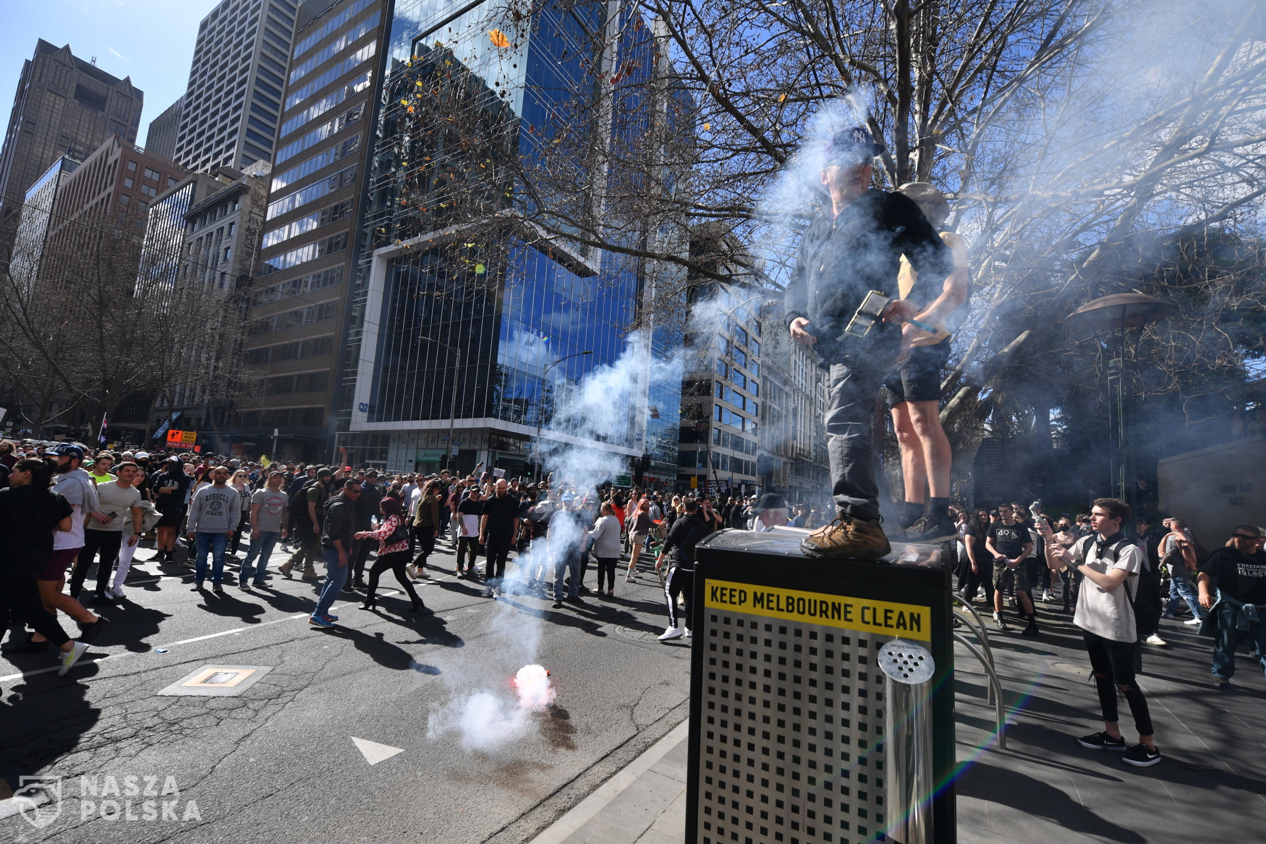 epa09422746 A flare is thrown during an anti-lockdown protest in the central business district of Melbourne, Australia, 21 August 2021.  EPA/JAMES ROSS AUSTRALIA AND NEW ZEALAND OUT  Dostawca: PAP/EPA.