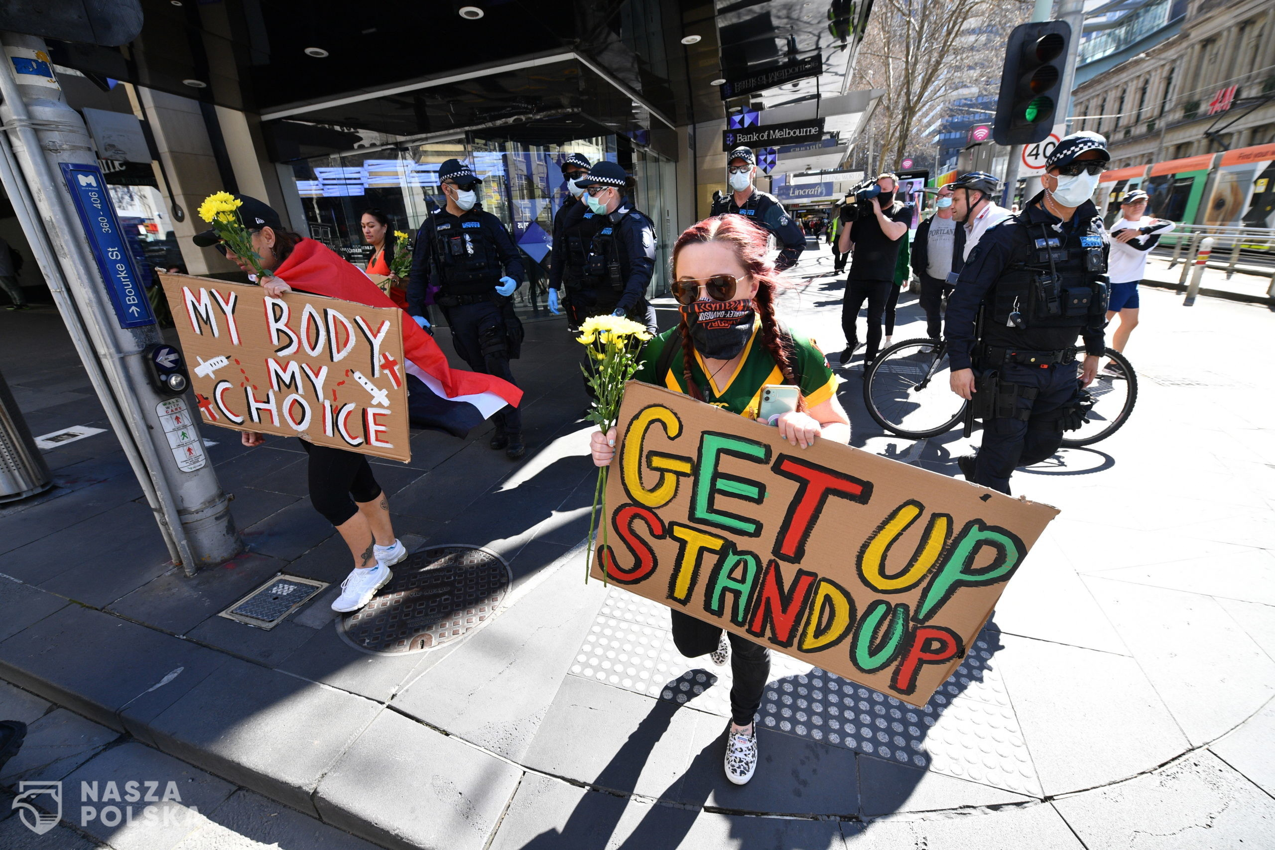 epa09422750 Protesters are seen wth placards during an anti-lockdown protest in the central business district of Melbourne, Australia, 21 August 2021.  EPA/JAMES ROSS AUSTRALIA AND NEW ZEALAND OUT  Dostawca: PAP/EPA.