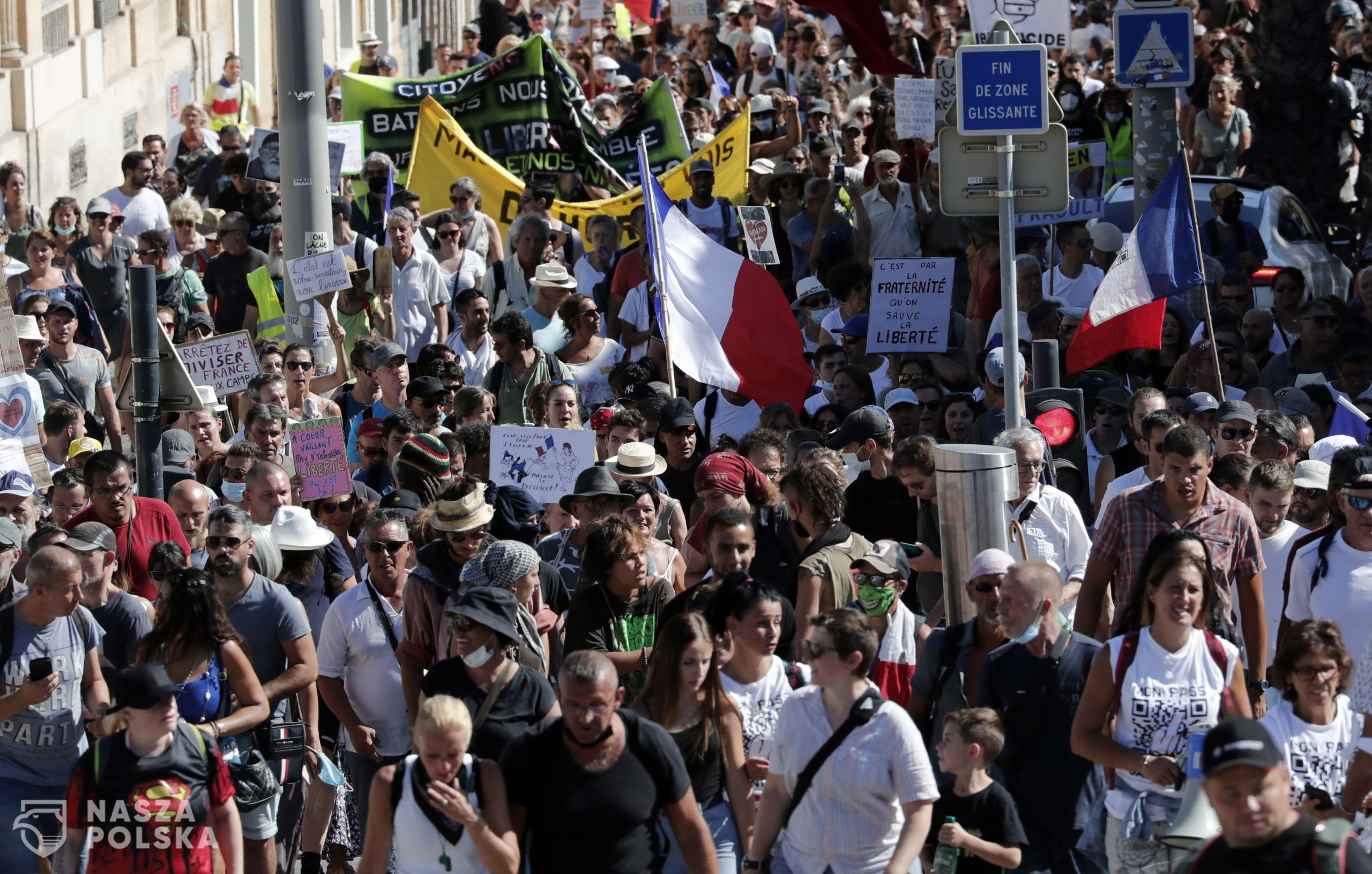 epa09434178 Protesters during a demonstration against the COVID-19 sanitary pass, which grants vaccinated individuals greater ease of access to venues, in Montpellier, France, 28 August 2021. For the seventh consecutive week, thousands of French demonstrators have taken to the streets in several cities across the country to protest against measures to curb the spread of coronavirus.  EPA/GUILLAUME HORCAJUELO  Dostawca: PAP/EPA.