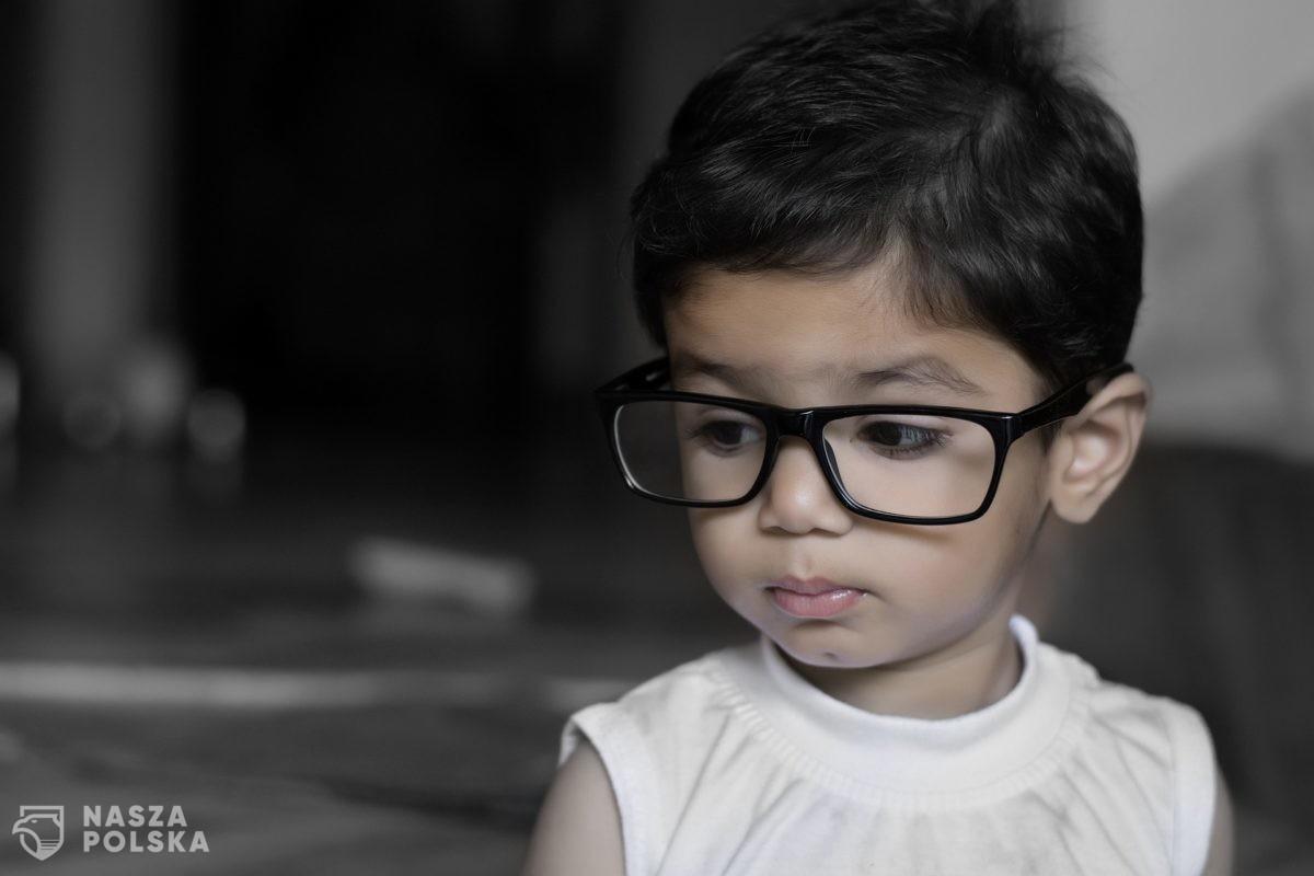 Badanie: wzrost liczby dzieci z krótkowzrocznością może mieć związek z restrykcjami