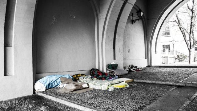Pandemia pogłębia problem bezdomności. Coraz więcej młodych ludzi w kryzysie bezdomności