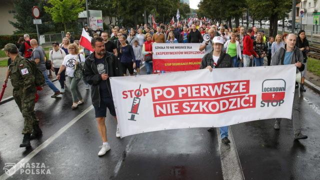 """Poznań/ Przez miasto przeszedł """"Ogólnopolski Marsz Wolności"""" – protest przeciwników restrykcji"""