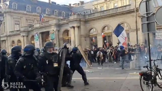 [FILMY] Francja/ Starcia z policją w Paryżu podczas demonstracji przeciwko paszportowi sanitarnemu