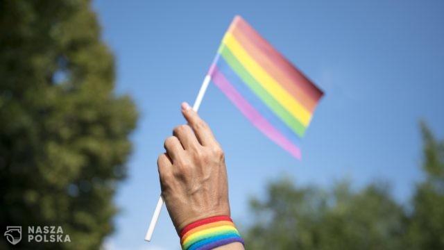 """KE ws. tzw. """"stref wolnych od ideologii LGBT"""": widzimy ruch w dobrą stronę w Polsce"""
