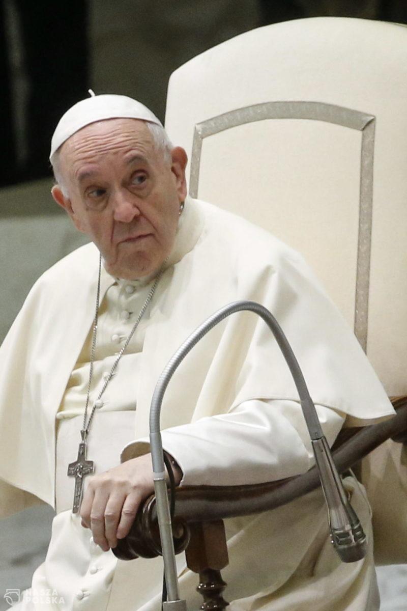 Papież: zamiast wynosić się ponad innych, zejdź z piedestału