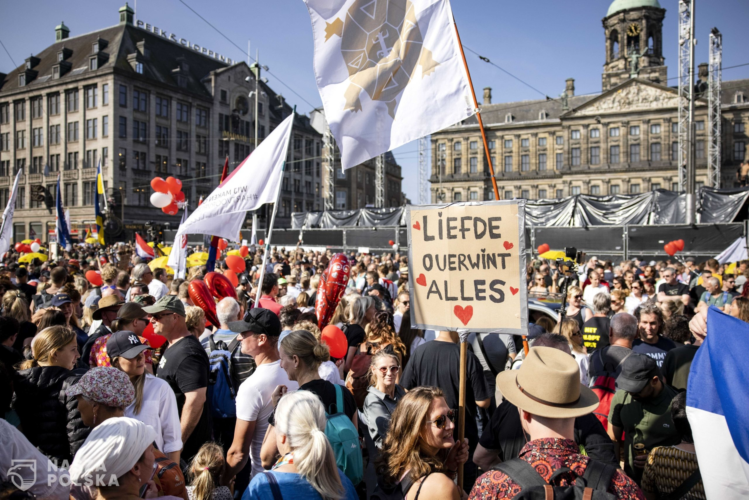 epa09448825 Protesters during the 'Together for the Netherlands' manifestation at Dam Square in Amsterdam, The Netherlands, 05 September 2021. The action is aimed at the freedom-restricting Coronavirus measures.  EPA/Ramon van Flymen  Dostawca: PAP/EPA.